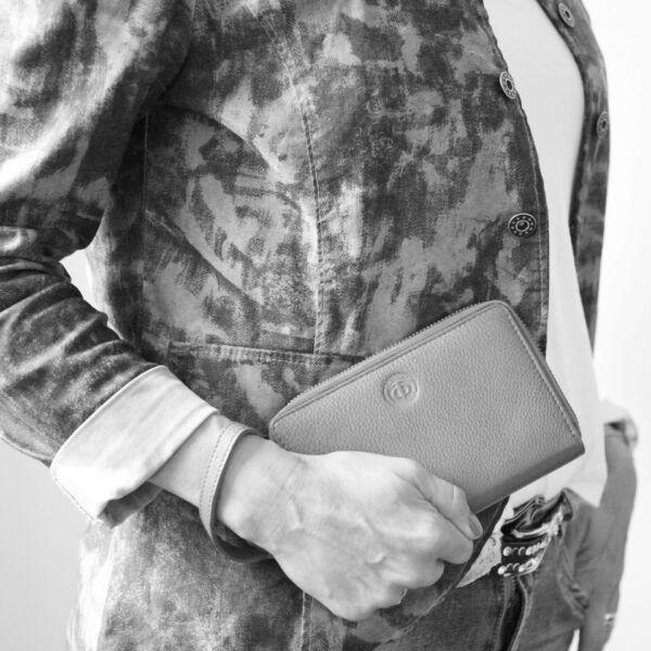 zip-wallet-in-hand